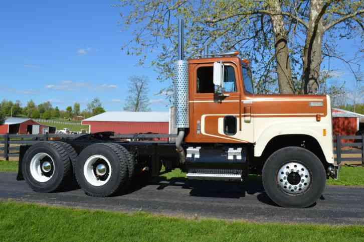international 4200  1978    daycab semi trucks