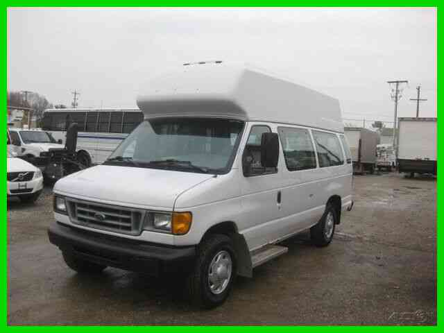 FORD E350 5. 4L GAS AUTO WITH GOSHEN 10 PASSENGER BUS WITH HANDICAP LIFT (2004)