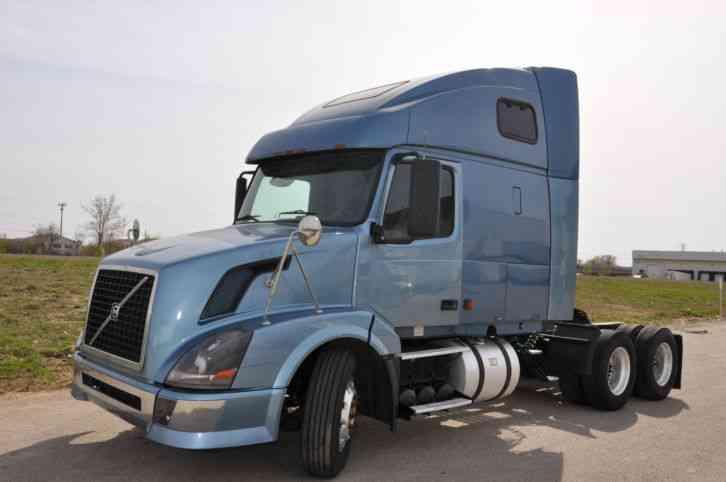 Volvo Vnl 670 2004 Sleeper Semi Trucks