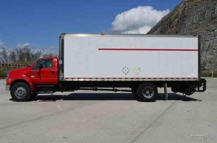 Ford F750 24ft Box Truck w/ Liftgate (2005) : Van / Box Trucks