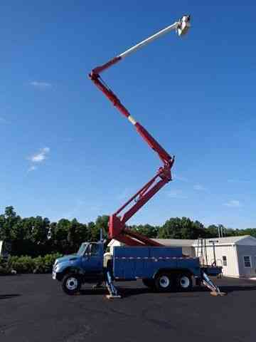 INTERNATIONAL 7400 105' ELEVATOR BUCKET BOOM TRUCK (2005)