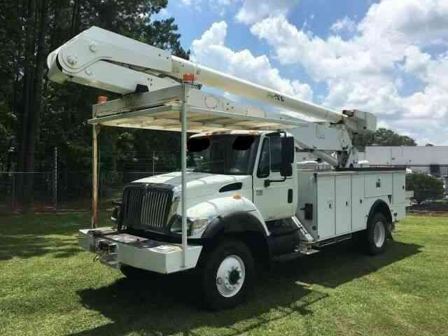 INTERNATIONAL 7300 4X4 BUCKET BOOM TRUCK (2007)