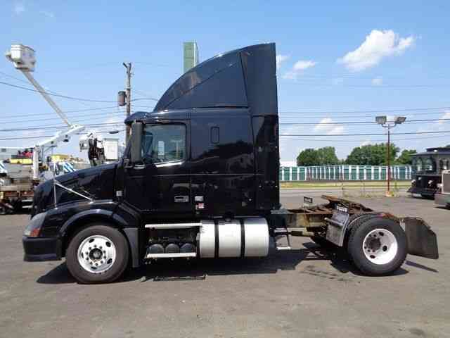 VOLVO VNL42T (2008) : Sleeper Semi Trucks