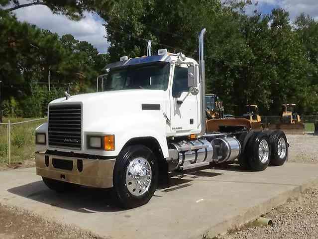 Mack Pinnacle Chu613  2009    Daycab Semi Trucks