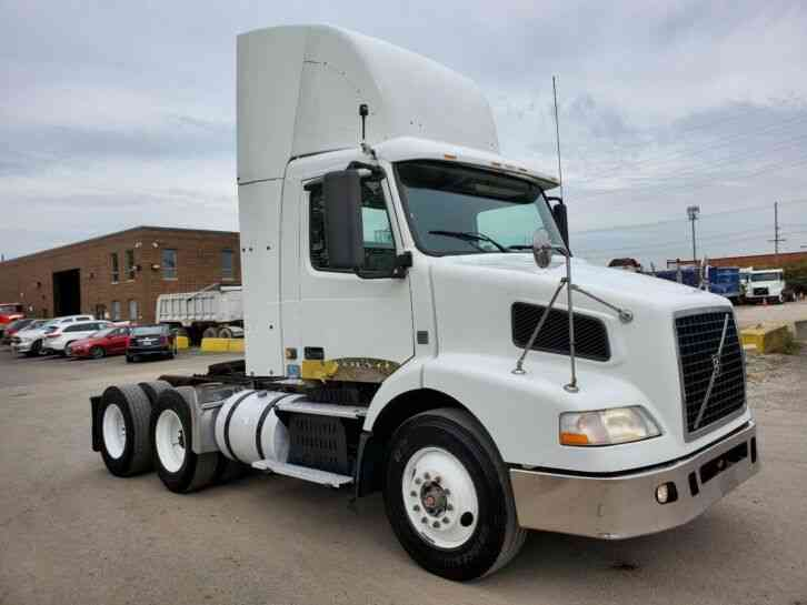 Volvo Day Cab 550K Miles 12 speed Automatic VNL64 One Owner Great Runner Delivery Available (2009)