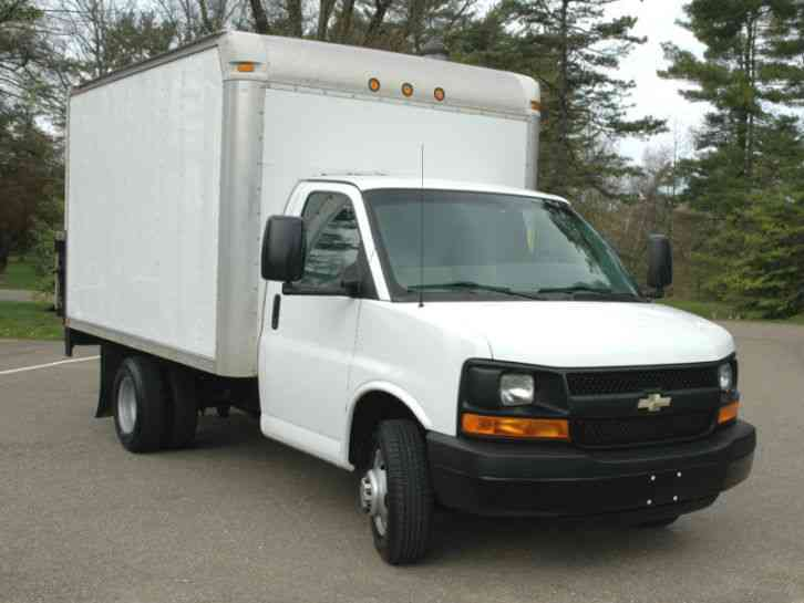 Chevrolet Cutaway 12 Ft Box Lift 2011 Van Box Trucks