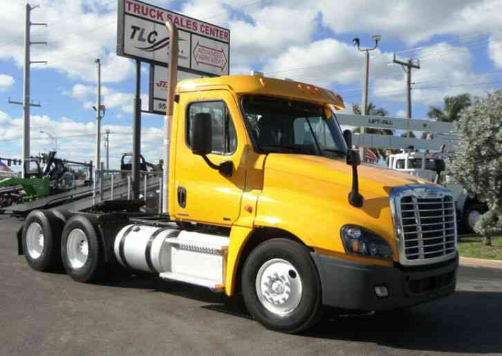 Freightliner Cascadia CA125 TANDEM AXLE DAY CAB. (2012)