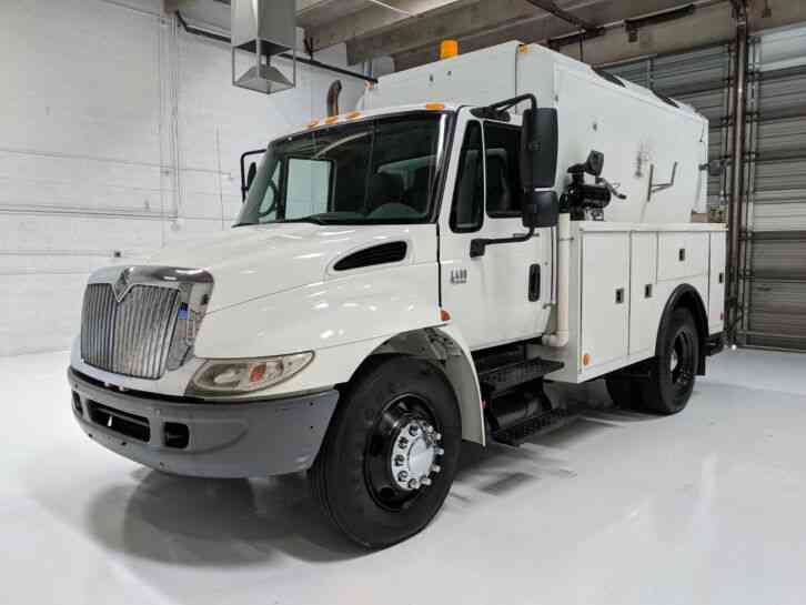 International 4400 Enclosed Service Truck (2006)