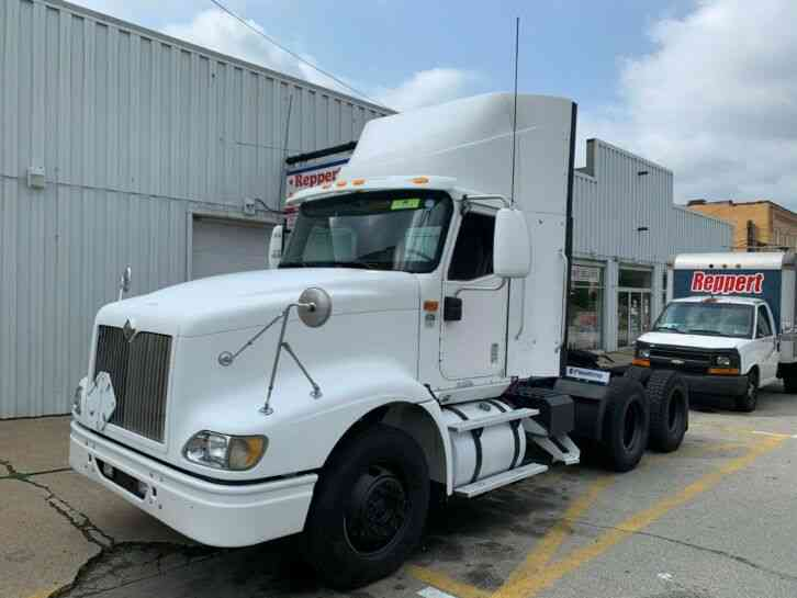 International 9400 TANDEM AXLE T/A DAYCAB ISX CUMMINS TRACTOR (2006)