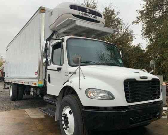 Freightliner M2 106 BOX TRUCK 26' WITH LIFT RAMP (2014)
