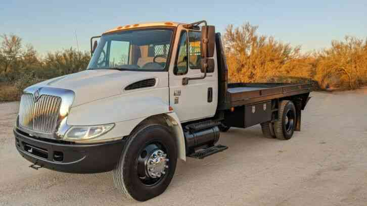 International 4200 FLATBED 22K MILES FLATBED STAKEBED TRUCK (2006)