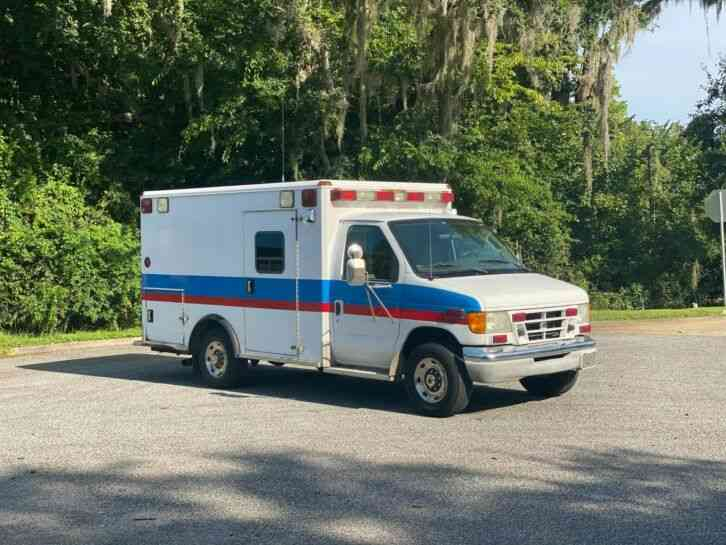 Ford E-350 Ambulance (2003)